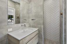 bathroom countertop in Smartstone Nieve White