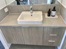 bathroom countertop in Smartstone Ceniza